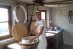 Мешканець Тернопільщини облаштував у селі сироварню і варить сир за швейцарським рецептом